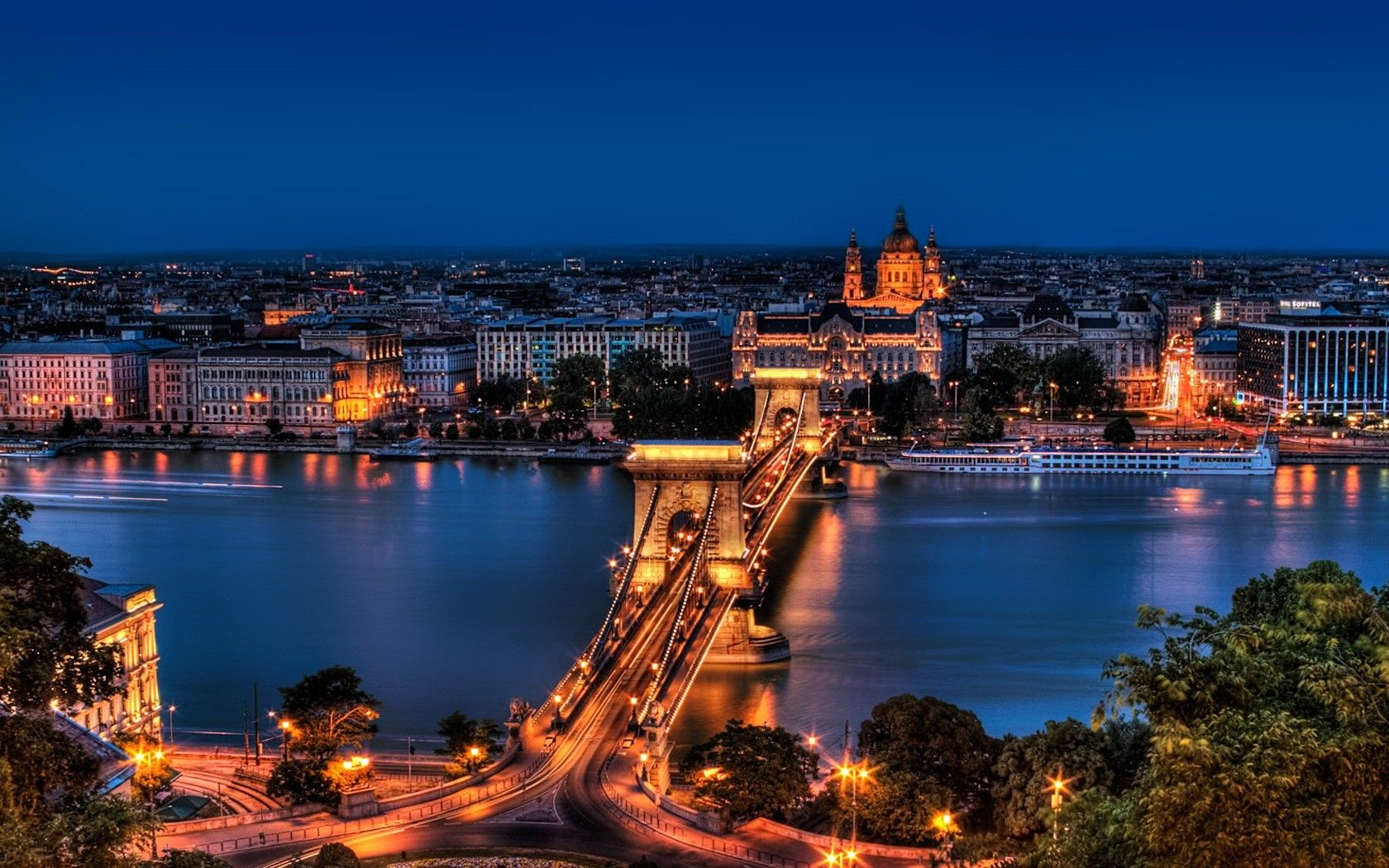 Széchenyi-Chain-Bridge-Night-view-Budapest-Hungary