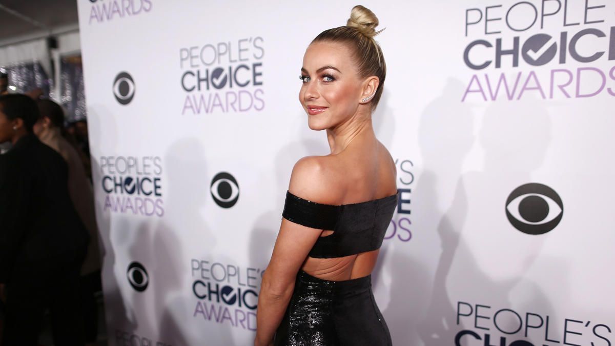 10 Hottest Red Carpet Looks At The 2016 People's Choice Awards