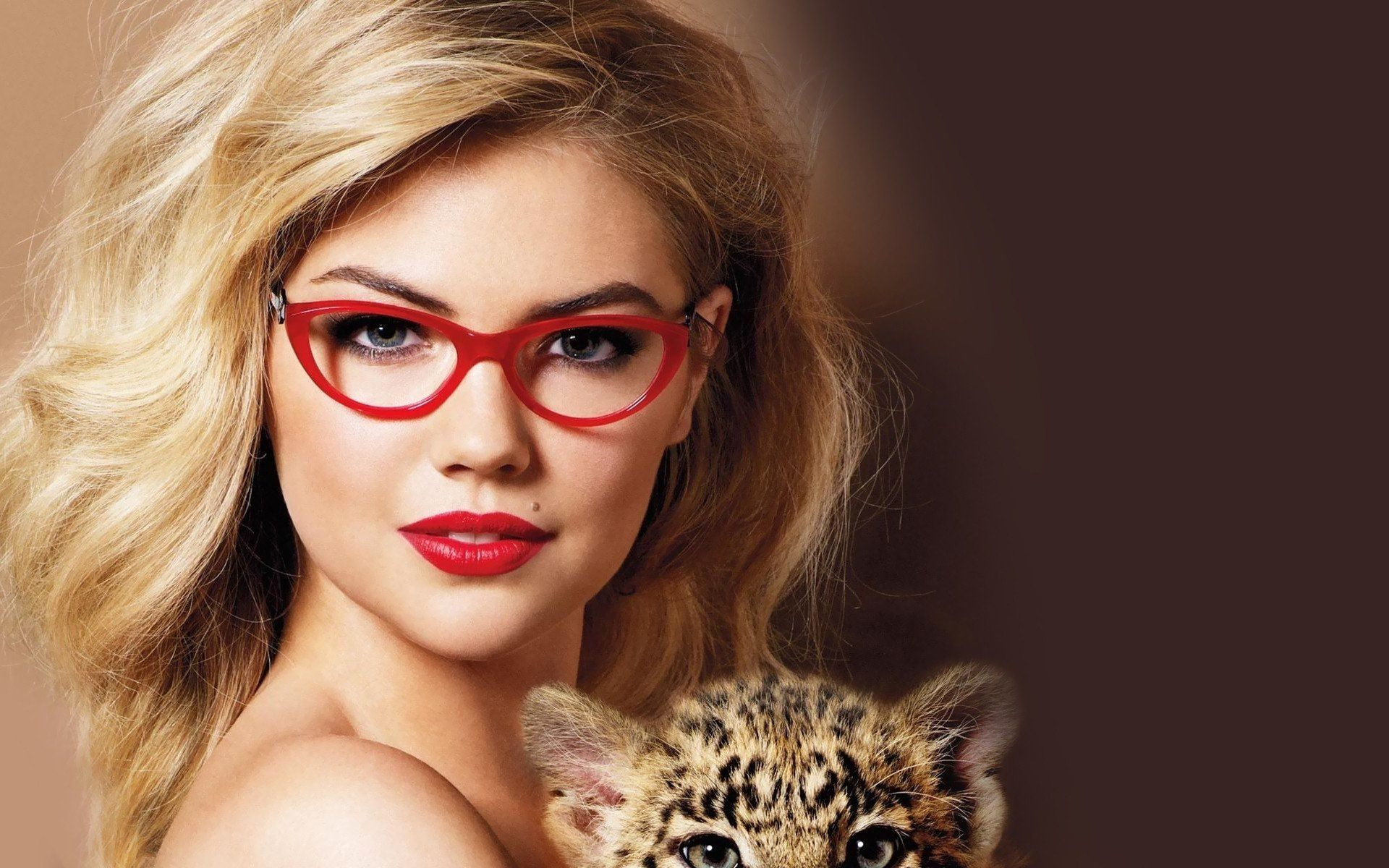 15 Celebs Who Look Super Hot With Glasses